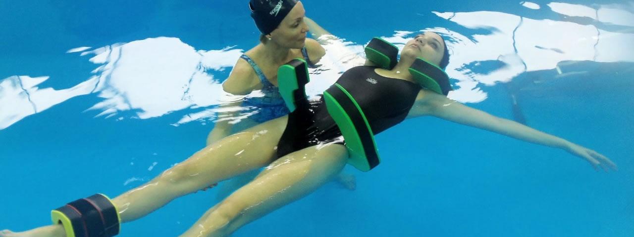 La terapia acuática es una herramienta de la kinesiología que combina diversas técnicas de tratamiento de rehabilitación y biomecánica.